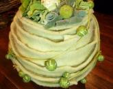 Styropor bol bekleden met vilt en opvullen met herfstmaterialen in groen/wit