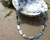 Ketting gemaakt van de Pauwa schelp.
