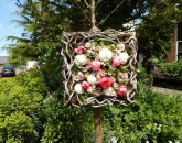 Bloemenschilderij bij de ingang van de tuin