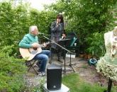 Sfeervolle muziek van Suus en Piet in de tuin